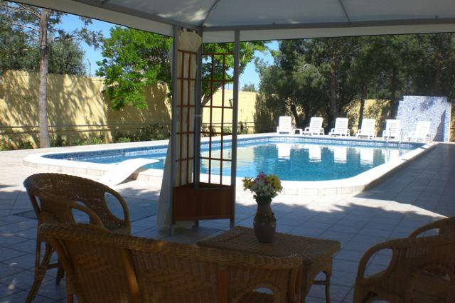zona relax nelle vicinanze della piscina