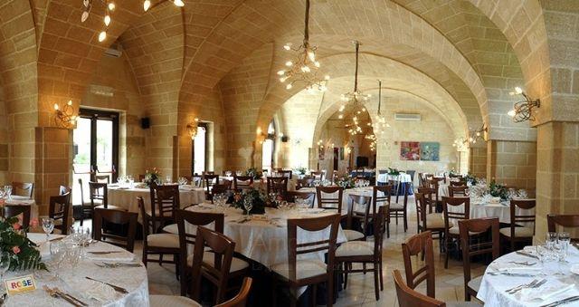 la sala ristorante si caratterizza per le alte volte in pietra leccese a vista