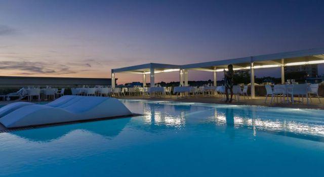 piscina con tramonto