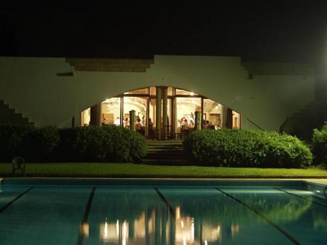 Vista della piscina di sera