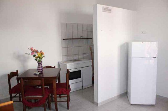 soggiorno con zona pranzo e frigo negli alloggi di Donna Carlotta