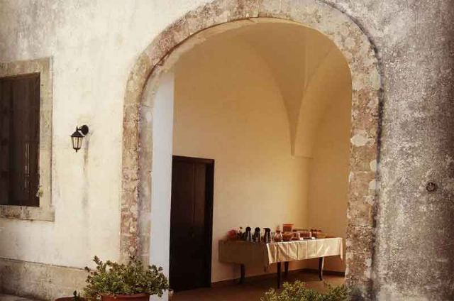 L'arco in pietra ed antica entrata a Masseria Donna Carlotta