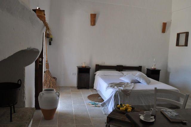 camere con volte in pietra e mobili in legno dallo stile tipico del posto