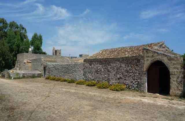 l'architettura e i portali tipici della masseria salentina