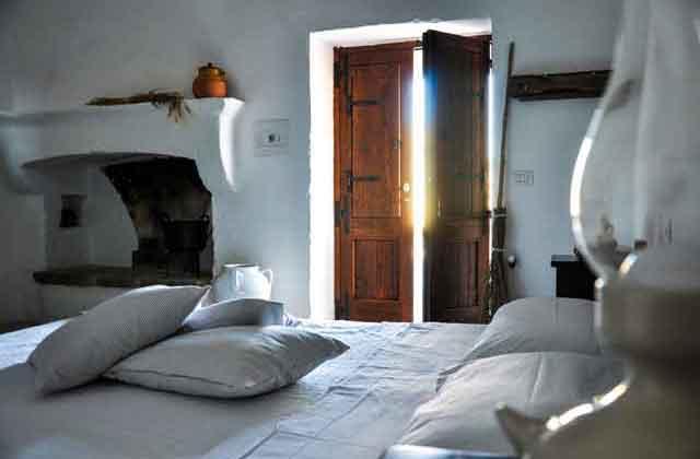 camera della masseria con camino