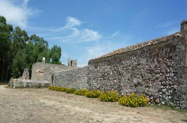 Le mura a secco della masseria
