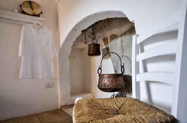 camera con antico camino in pietra di Masseria Uccio