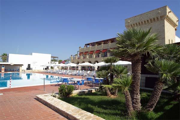 Ampia piscina dell'hotel di Leuca attrezzata con ombrelloni e sdraio al bordo