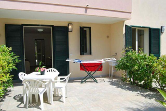 appartamento monolocale con patio arredato al Residence Vaìa