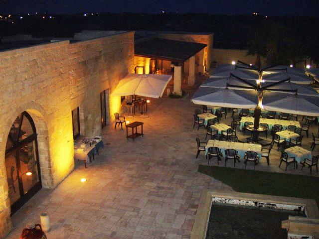 all'esterno sono allestite terrazze per degustazioni e ristoro