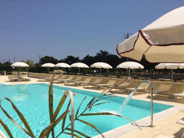 La piscina con terrazze solarium