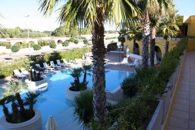 Vista della piscina del Residence a Torre Saracena