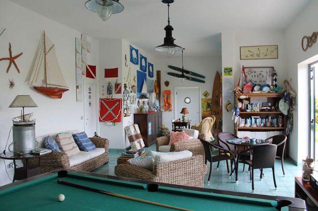 la sala comune col biliardo al piano terra del residence
