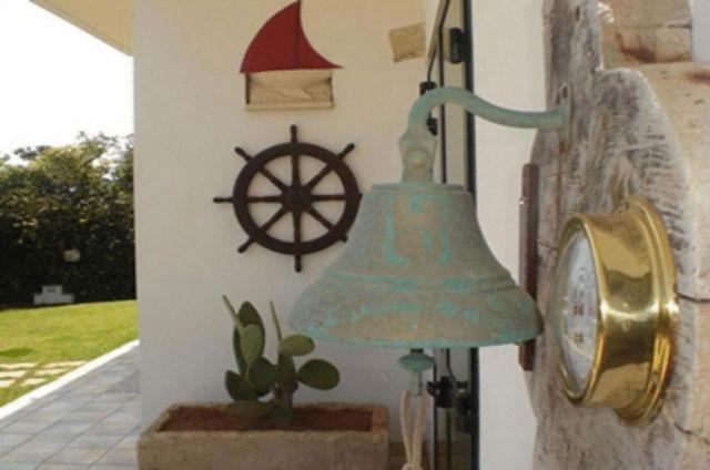 I dettagli in stile marinaresco nel giardino di Punta Cassano