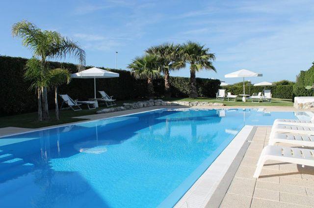 La piscina vicino agli appartamenti del Residence Punta Cassano