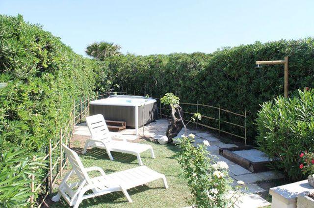 La vasca idromassaggio nel giardino di Punta Cassano