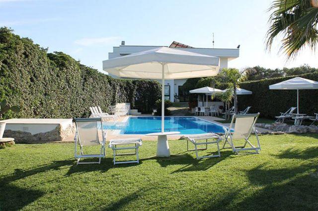 la terrazza solarium intorno alla piscina