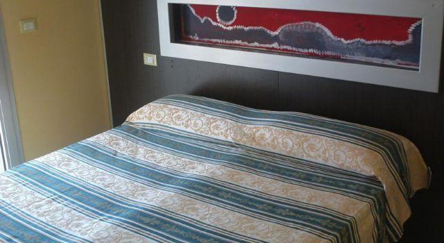 camera con letto matrimoniale di dimensioni standard
