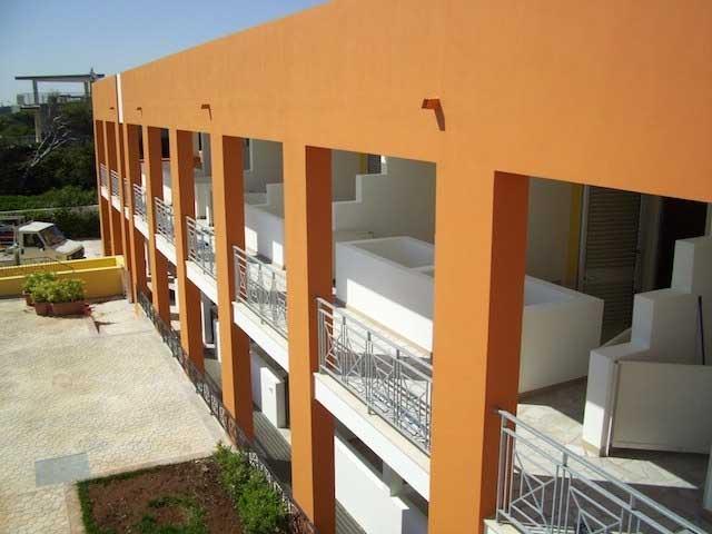 Ampi spazi esterni di un edificio colorato a tre piani