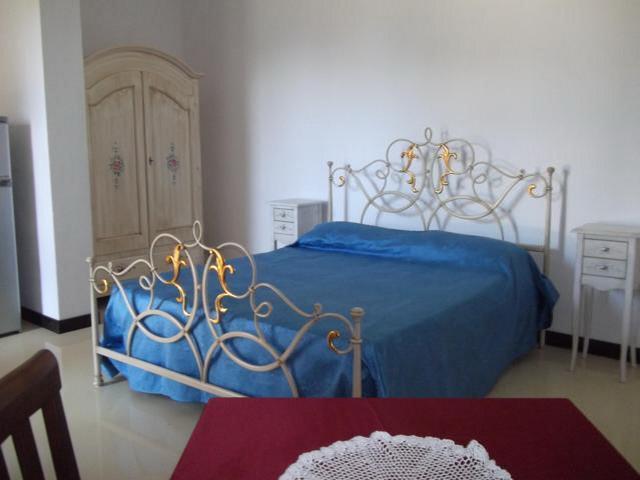 Camera matrimoniale finemente arredata