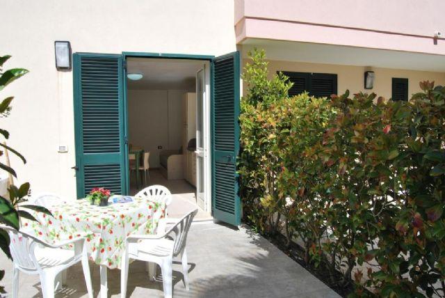 il patio degli appartamenti al Vaìa
