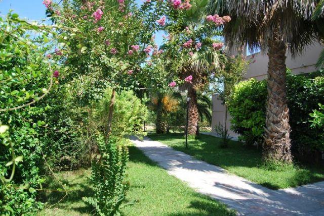 Il giardino del residence Vaìa di Torre dell'Orso