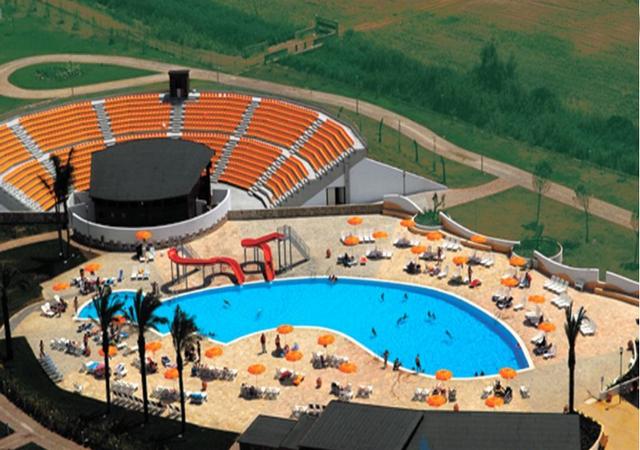Villaggio con piscina e animazione