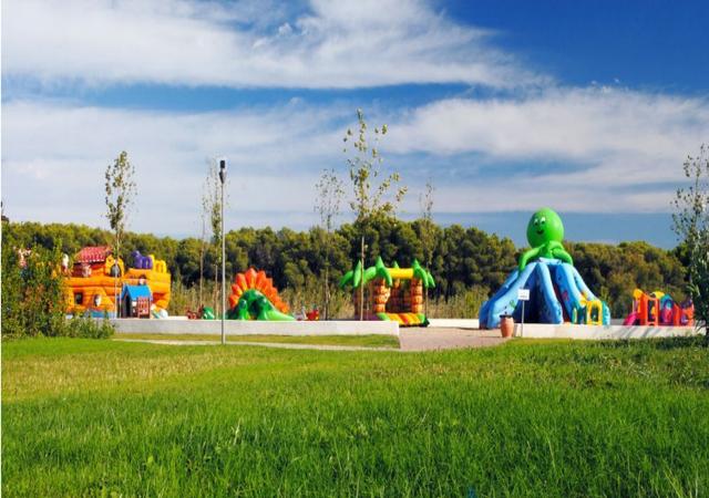 Spazi verdi con giochi per bambini