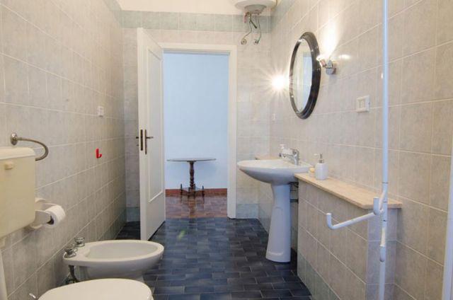 il bagno con doccia e servizi