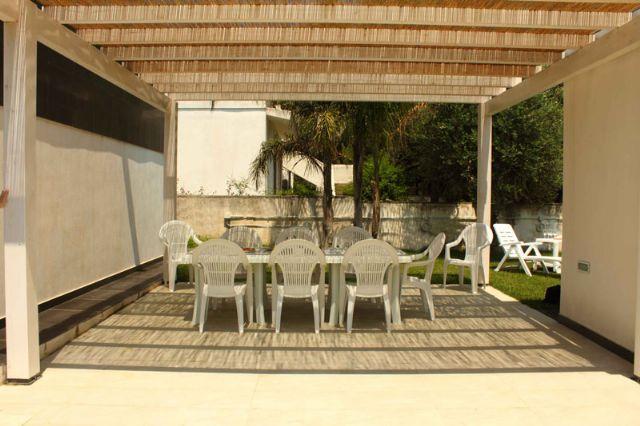 Villa di lusso con prato inglese e gazebo a torre colimena for Gazebo lusso