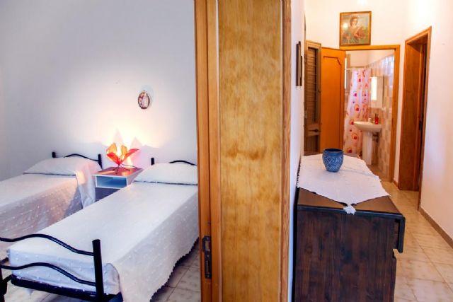 camera doppia con letti singoli e corridoio