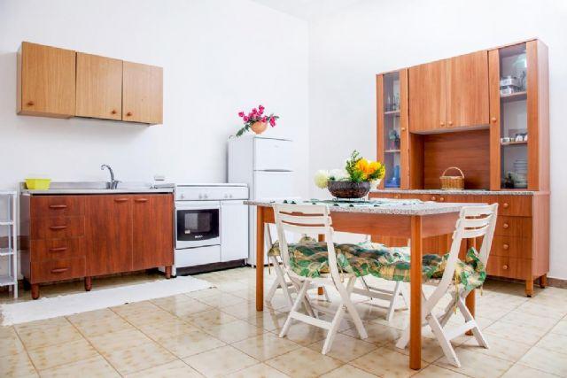 soggiorno con zona pranzo e angolo cucina