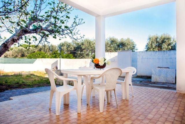 veranda in muratura con zona pranzo all'aperto