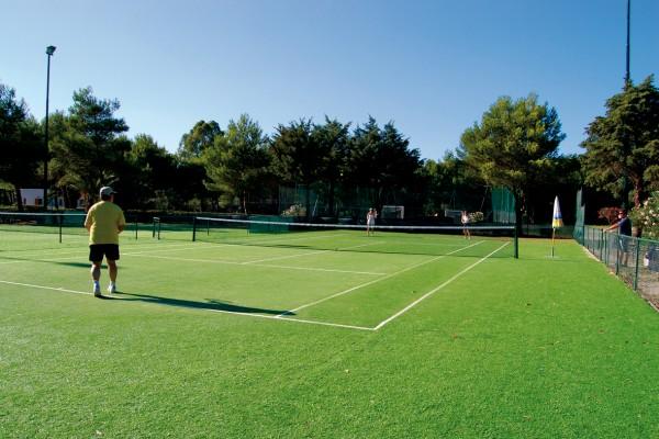 Campo da tennis e attrezzature sportive al Campoverde Village