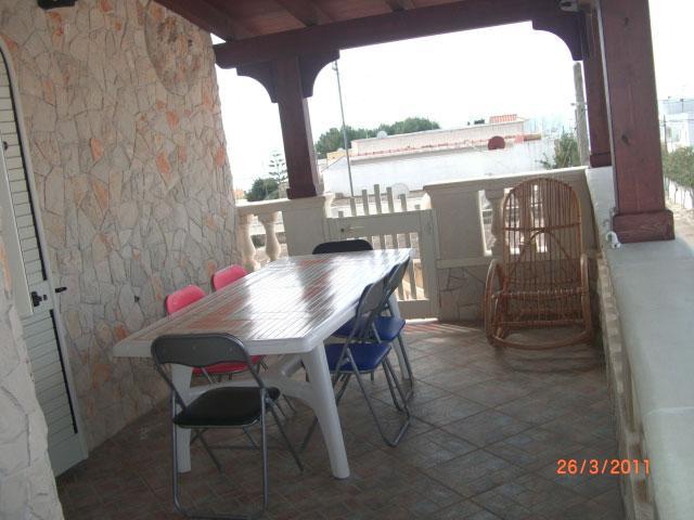Spazio esterno attrezzato con tavolo e sedie - Primo Piano