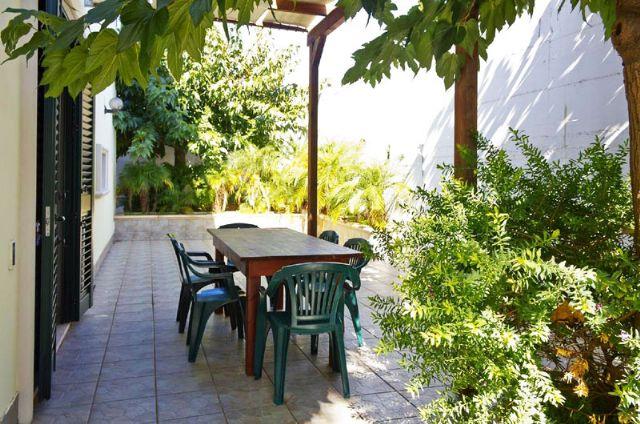 Il patio arredato delle villette e case vacanze di Torre Suda