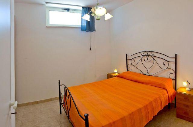 La camera con letto matrimoniale in ferro battuto